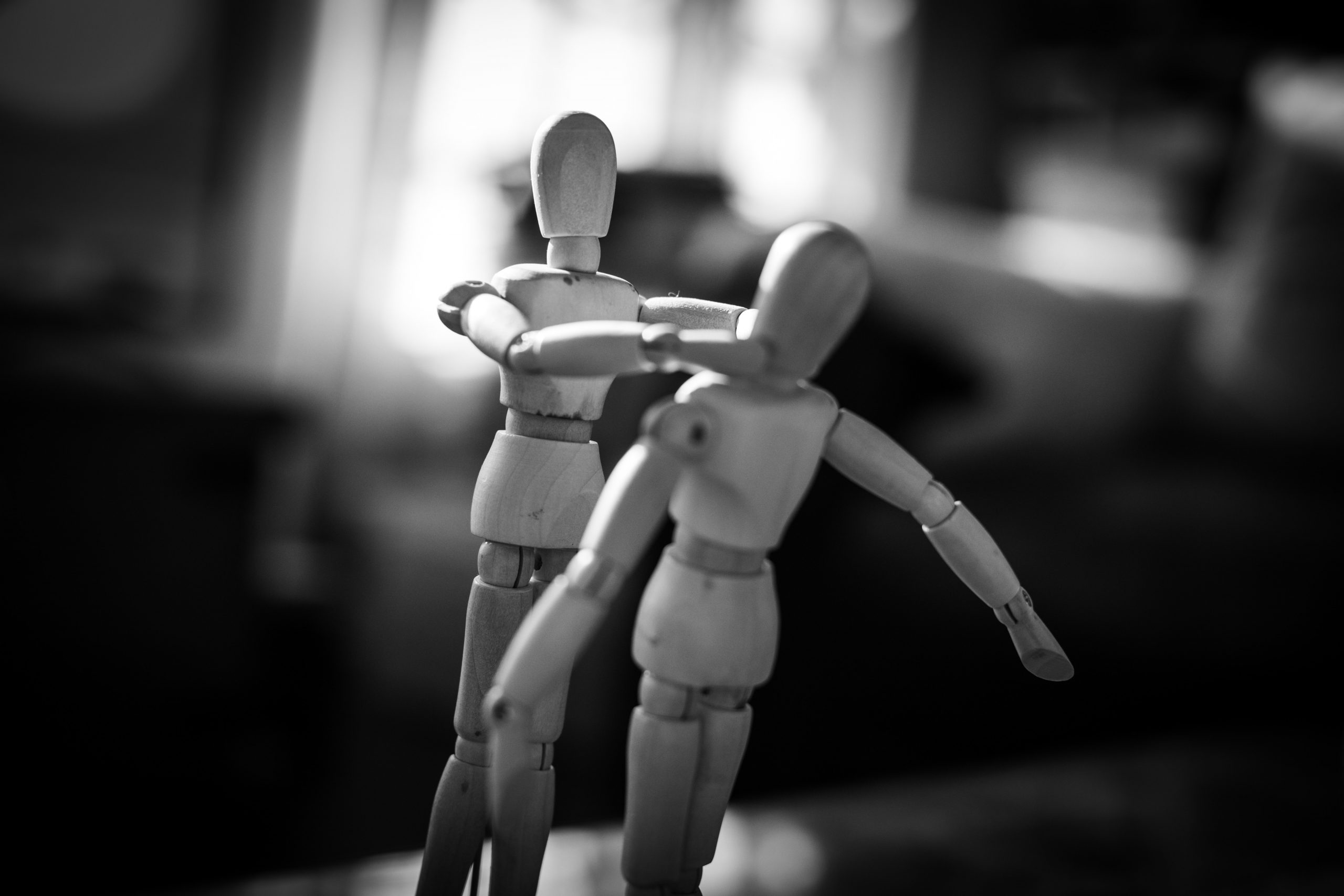 Violence conjugale, image noir & blanc de poupées qui se battent, Code Trauma